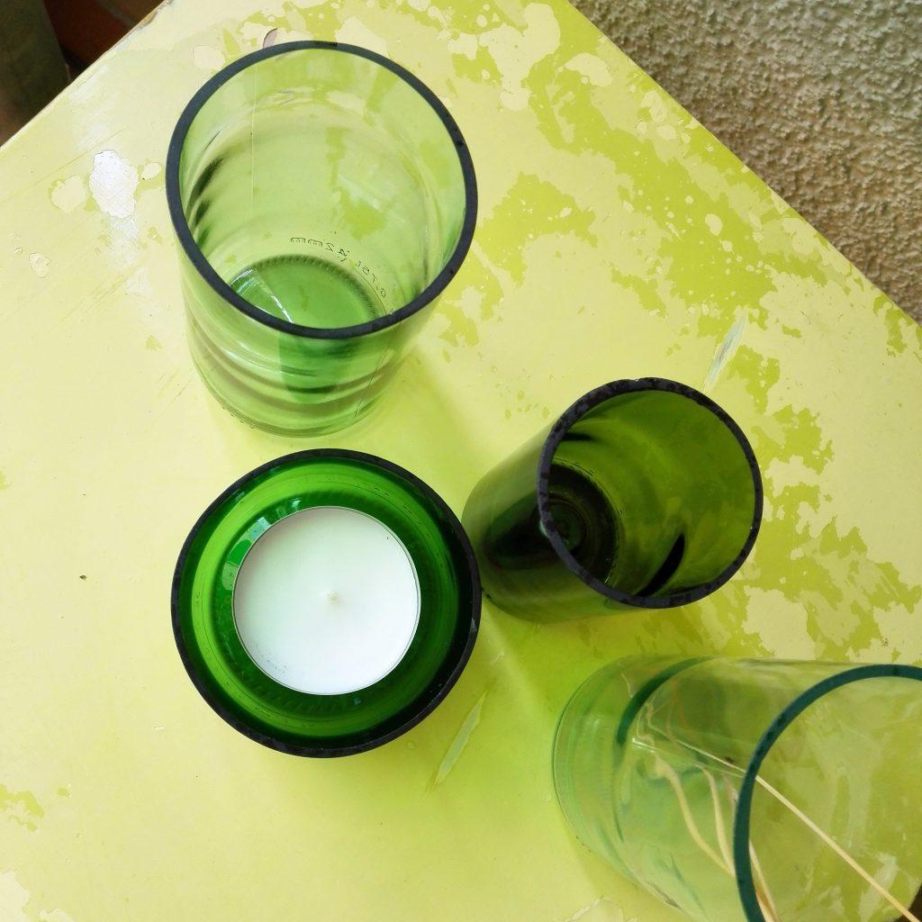 Vasen und Windlichter aus Glasflaschen